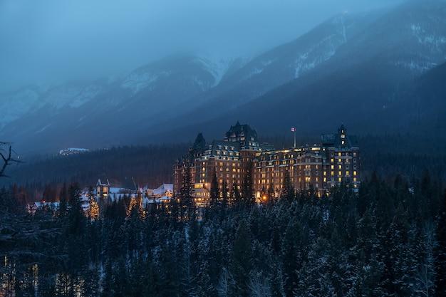 Отель fairmont banff springs в зимнем национальном парке банф, альберта, канада