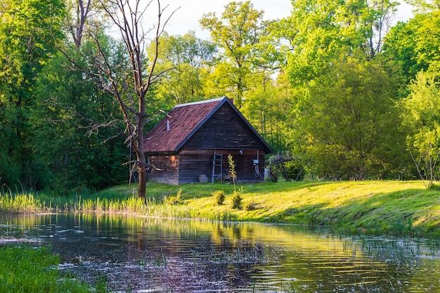 川沿いの妖精の家と木造の橋