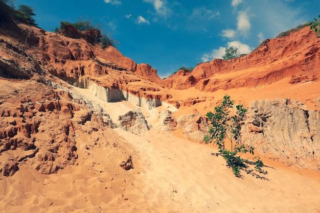 フェアリースプリングス-ベトナムのファンティエット地域、ムイネーのスオイティエン。青い空の風景
