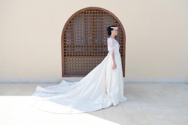 おとぎ話のドレス海外での結婚式を考える花嫁の愛らしい白いウェディングドレス