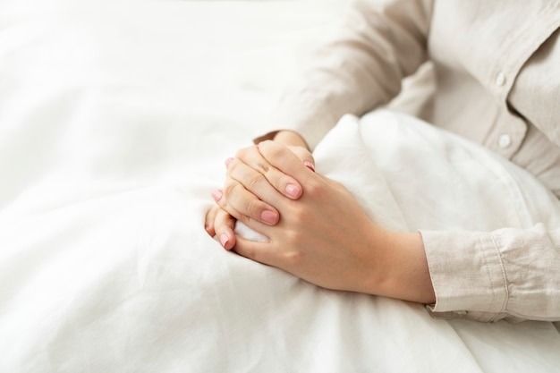 Верная женщина молится в постели