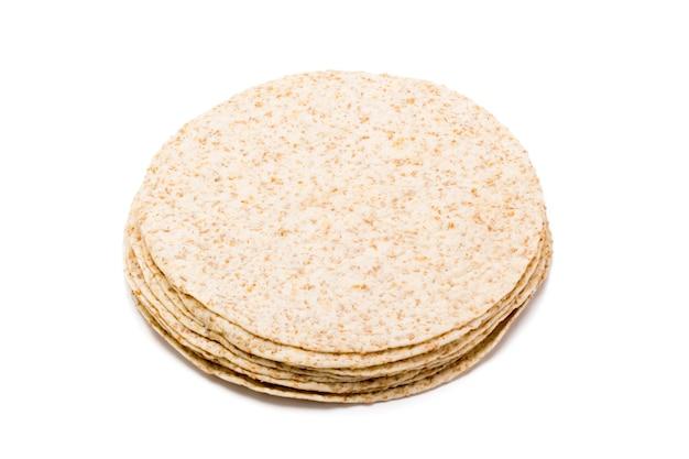 흰색 배경에 부리또를 만드는 파히타