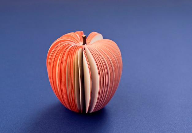 보라색 배경에 종이에서 가짜 사과