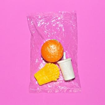 비닐 봉지에 가짜 패스트 푸드. 최소한의 플랫 레이 아트