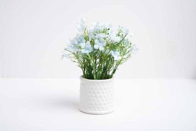 花瓶の偽の植木鉢、プラスチック製の花 Premium写真