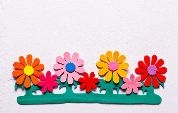 콘크리트 벽에 장식된 거품으로 만든 가짜 꽃