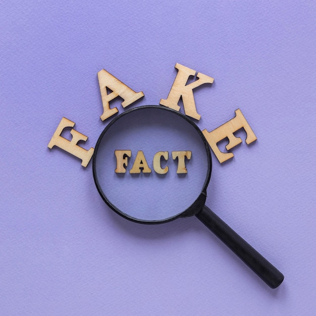 虫眼鏡の周りの偽のニュースワード