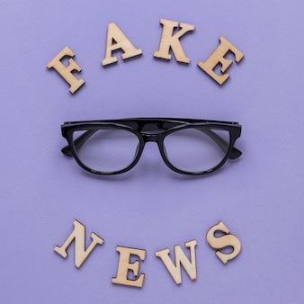 眼鏡をかけた偽のニュースワード