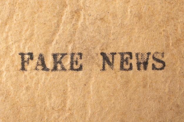 Поддельные новости. слова, набранные на старинной пишущей машинке.