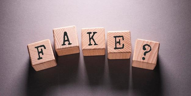 Поддельное слово, написанное на деревянных кубиках
