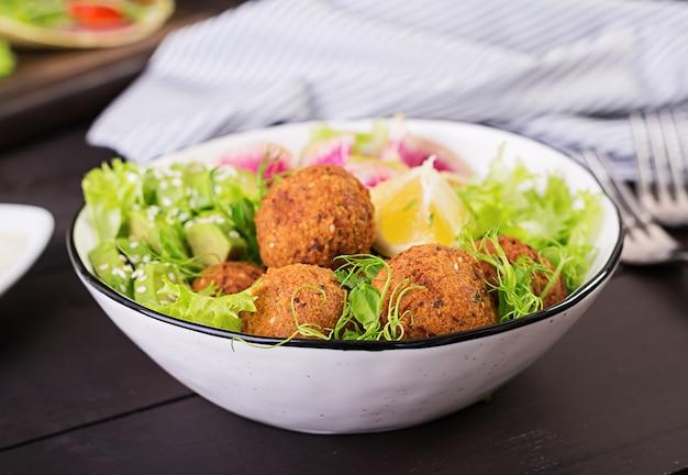Фалафель и свежие овощи. чаша будды. блюда ближневосточной или арабской кухни