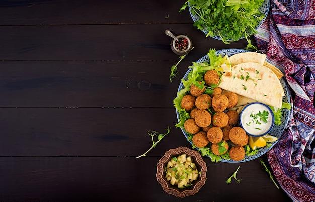 ファラフェル、フムス、ピタ。中東料理またはアラビア料理