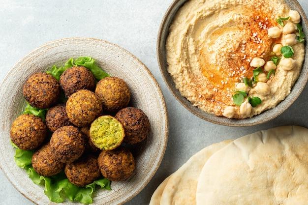 Falafel, hummus, 콘크리트 테이블에 피타, 위에서보기, 선택적 초점