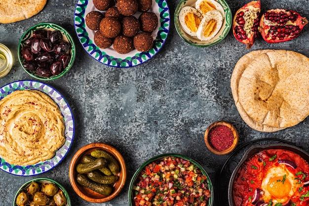 ファラフェル、フムス、シャクシューカ、イスラエルのサラダ-イスラエル料理の伝統的な料理。上面図。