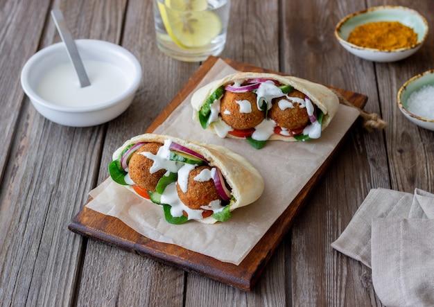 Фалафель в лаваше с помидорами, огурцами, луком и шпинатом. здоровое питание. вегетарианская пища.