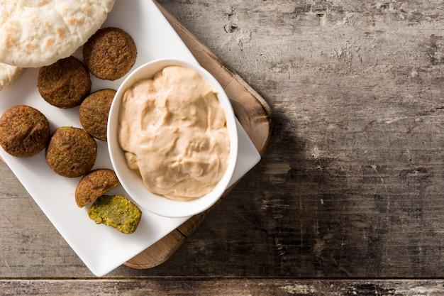 Фалафель на тарелке на деревянном столе copyspace ближневосточная еда