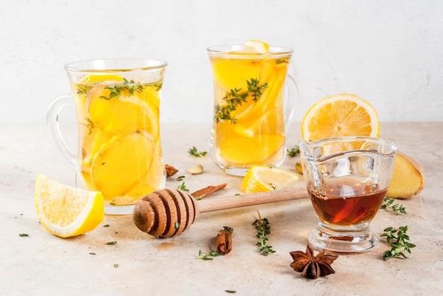 秋と冬の伝統的な飲み物。レモン、ジンジャー、スパイス(アニス、シナモン)、ハーブ(タイム)、copyspaceの温かいお茶