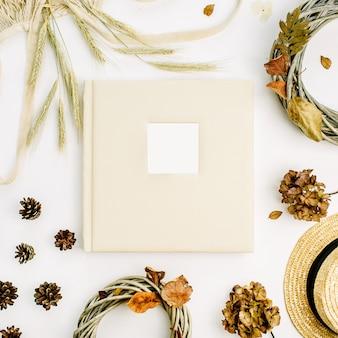 結婚式や家族の写真アルバム、花輪フレーム、ひも悪い、ライ麦の耳、コーン、白い表面の乾燥した葉と秋の秋の構成