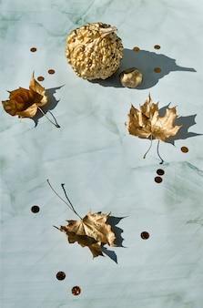 金のカボチャと葉と秋の背景