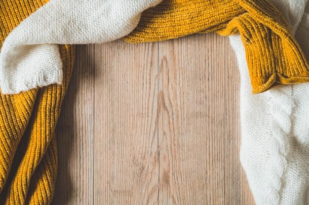 Предпосылка падения с теплыми свитерами. куча трикотажной одежды. осенне-зимняя концепция.