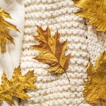 暖かいセーターで秋の背景。秋のニット服の山の葉、秋冬のコンセプトです。