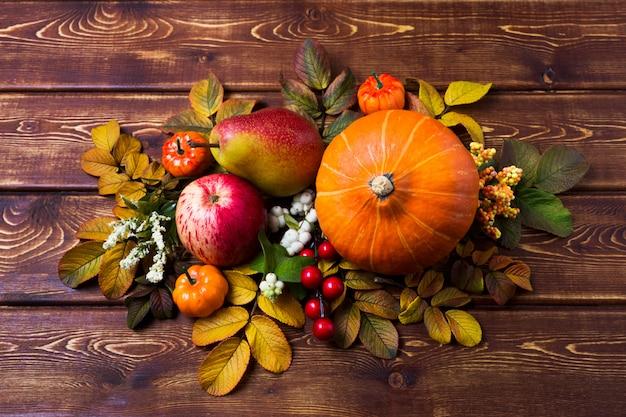 カボチャとスノーベリーの秋のセンターピース
