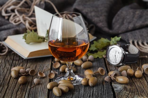 Осень время холодной погоды, расслабиться с бокалом алкоголя