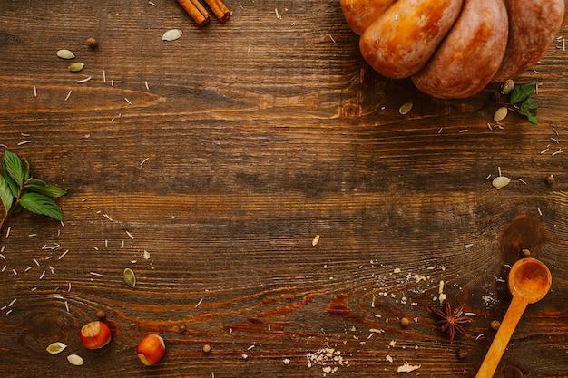 Рецепт осенней кулинарии. органические пищевые ингредиенты. корица фундука тыквы на коричневом деревянном столе взгляд сверху.