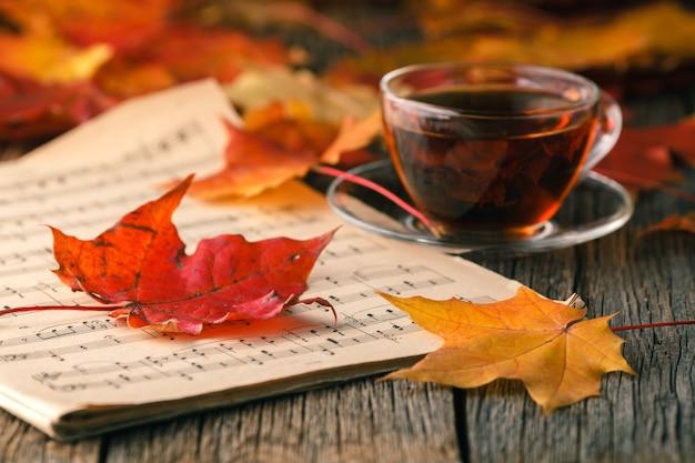 Осень креативная концепция искусства, листья клена на столе