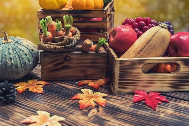 Осенний урожай рог изобилия. осенний сезон с фруктами и овощами. концепция дня благодарения.