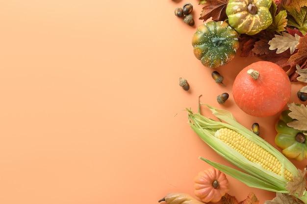 Осенний урожай тыквы кукурузный початок красочные листья на оранжевом фоне осенний день благодарения макет