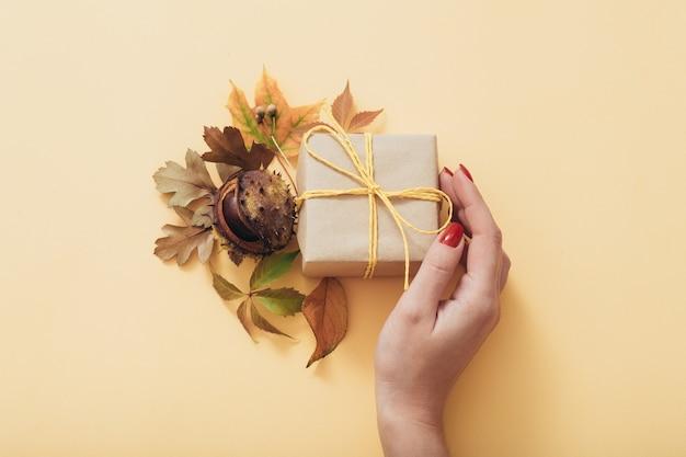 秋のホリデープレゼント。優しく思いやりのある世話。ギフト用の箱。フラワーアレンジメント。