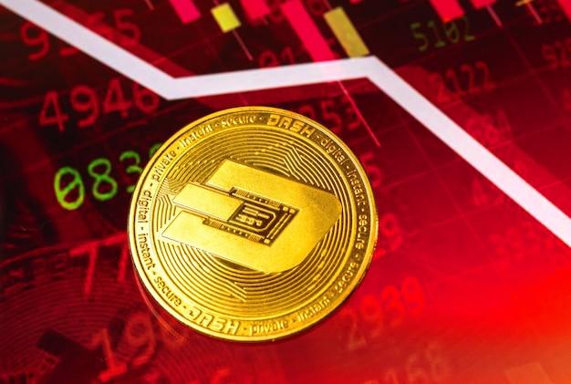 대시 코인 비용의 하락, 배경에 빨간색 아래쪽 화살표 및 주식 차트 그래프, 암호 화폐 위기 개념 사진