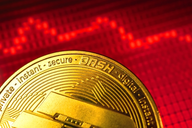 Dash 암호 화폐 비용의 가을, 배경에 빨간색 아래쪽 화살표 및 주식 차트 그래프, 암호 화폐 위기 개념 사진