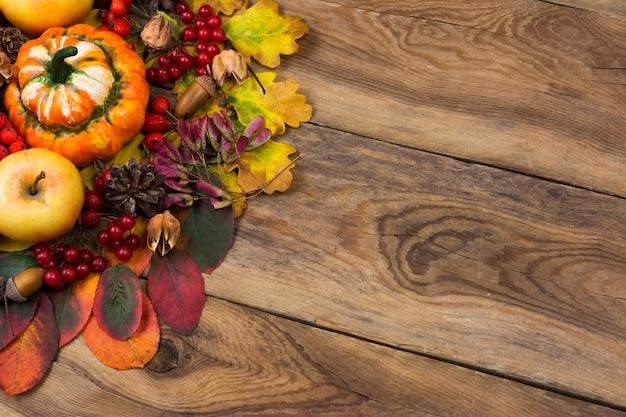 ドングリとガマズミ属の木と素朴な背景を秋します。