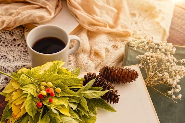 カエデの葉と本の秋の季節のコンセプトティーカップ美しい秋の屋外作曲ティーカップ...