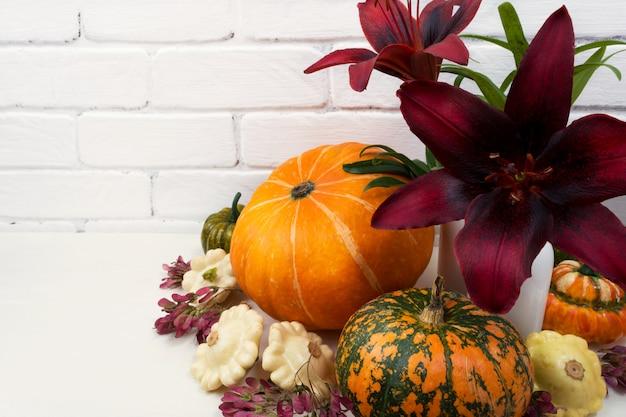 赤いユリとカボチャと秋のテーブルセンターピース