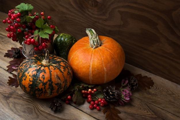 ガマズミ属の木とカボチャと秋のテーブルセンターピース