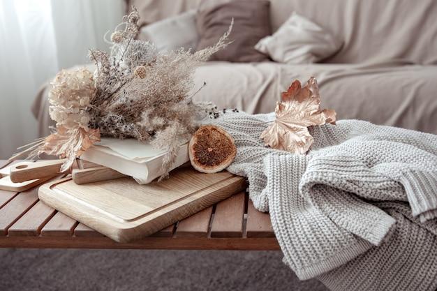 秋の装飾のディテールと部屋のニットセーターで秋の雰囲気。