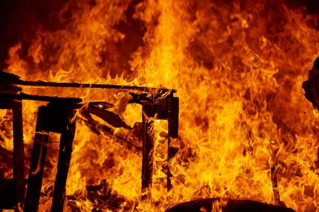 バレンシア祭で火が燃えるファラス