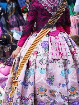 Костюм фаллера в розовых тонах на фестивале фальяс в валенсии, испания