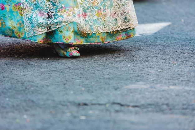 伝統的なバレンシアのfalleraドレスとそれにマッチする靴の詳細。