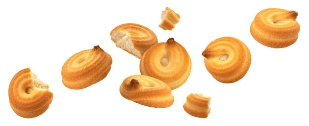 Падающий вихрь печенья, целое и сломанное спиральное печенье, изолированные на белом фоне с обтравочным контуром