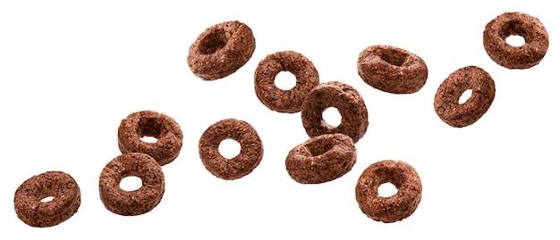 Падающие шоколадные кукурузные кольца, изолированные на белом фоне с обтравочным контуром