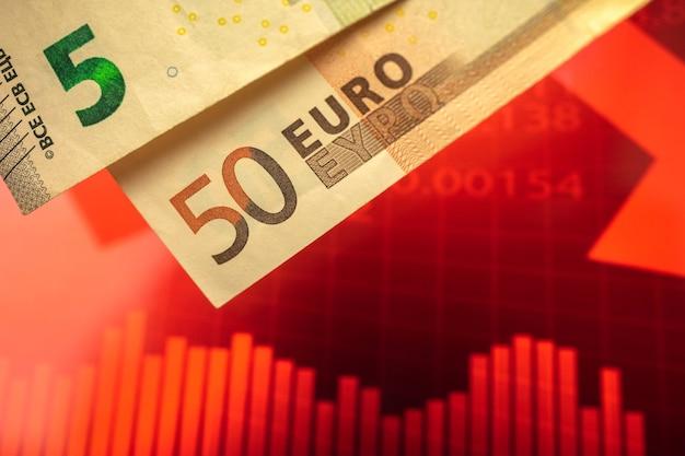ユーロ通貨チャートの下落、赤い矢印が下がった欧州連合の概念の背景における崩壊と危機