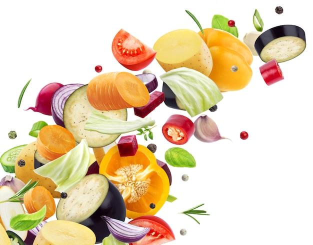 Падающая смесь разных овощей