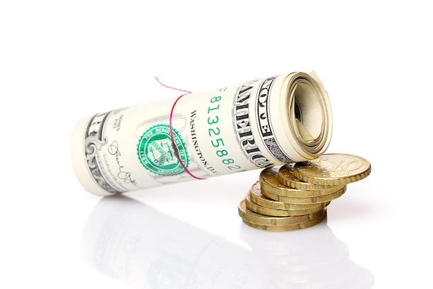 Падающий рулон американских долларов рядом с концепцией падения еврокоинов и инфляции