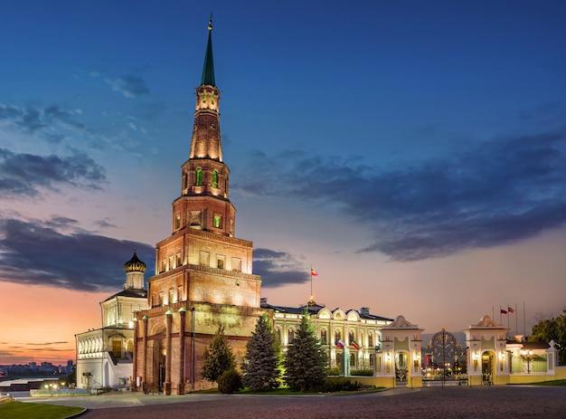 카잔 크렘린에서 syuyumbike의 떨어지는 타워