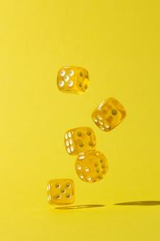 Caduta di dadi gialli su sfondo giallo