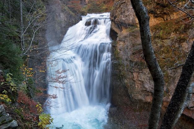 Водопад в национальном парке ордеса, пиренеи, уэска, арагон, испания